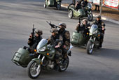 北京卫戍区应急部队曝光 多人手提绿皮箱