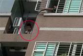 情妇男友突然回家 偷情汉阳台外挂了整整一夜