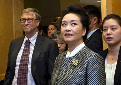 彭丽媛参观西雅图癌症研究中心 盖茨夫妇全程陪同