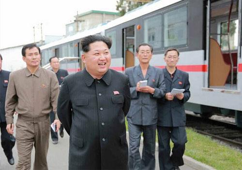 金正恩体验新造地铁列车