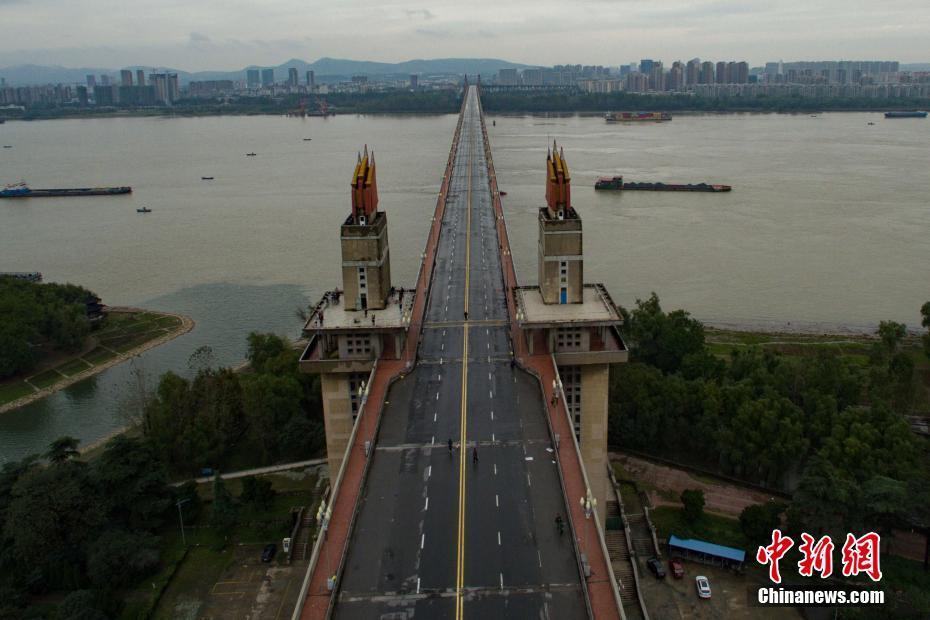 全封闭大修开启 民众暂别南京长江大桥